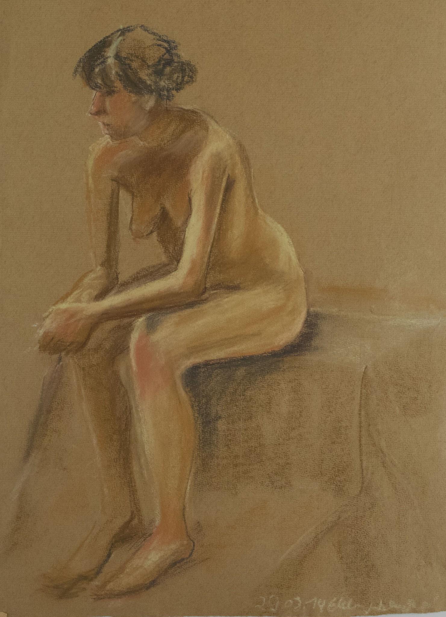 sitzender, zur Seite schauender weiblicher Akt
