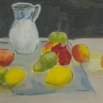 weiße Kanne mit buntem Obst auf einem Tisch mit grauem Tuch drunter